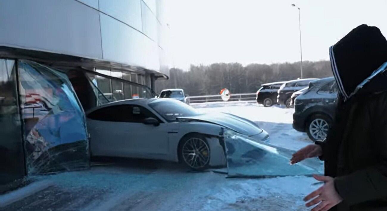 Youtuber ruso estrella Porsche Taycan antes de salir de concesionario